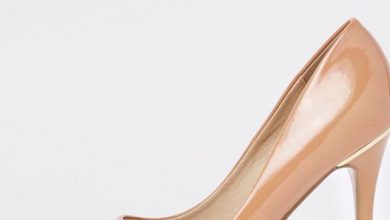Beige patent pointed court shoes